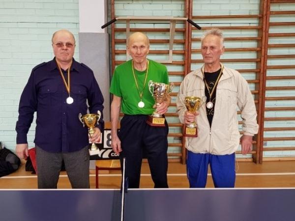 Rajono stalo tenisininkai varžėsi Doviluose